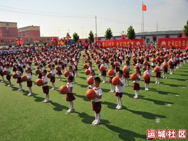 万荣县示范幼儿园孩子队列