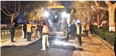 河南11选5遗漏号码市市政设施维护队夜间加班修补城市破损道路